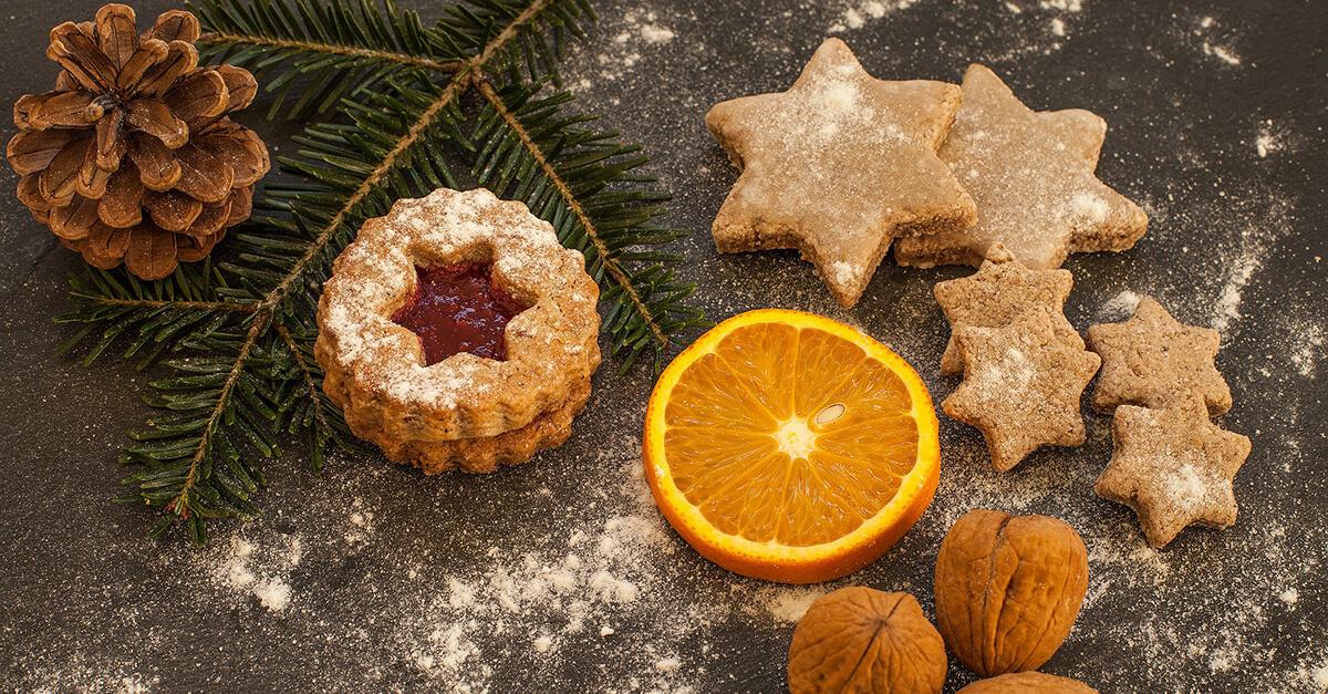 Ingwerplätzchen mit Orangen, Walnüssen und einem Tannenzweig